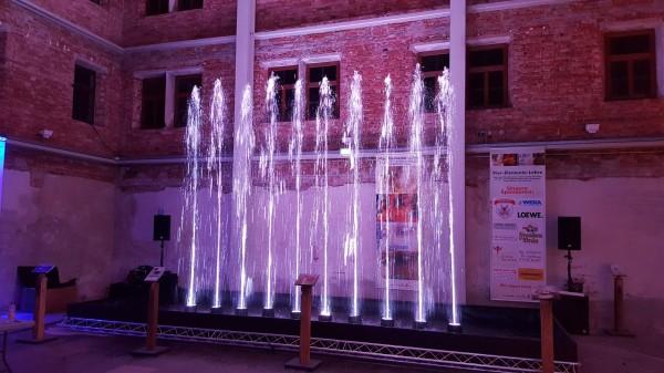 Wasserspiel mit 10 Wasserfontänen und LED Beleuchtung